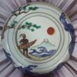 若松由希子:古(いにしえ)に遊ぶ - 古九谷と呼ばれる作品群…。その絵柄の大胆さに目を見はり…。 現代を生きながら古(いにしえ)に遊んでみたいな、と…。夢ですね。【137×137mm/九谷焼絵付け、丸皿】略歴: 女子美術大学日本画専攻卒業 女子美術大学研究生修了 1986年〜1997まで日春展・日展作品制作・出品。小栗潮先生に師事。 2010年〜九谷焼絵付をはじめる。