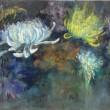 【平澤 咲/Hirasawa Saki - 隠逸花/chrysanthemum】つぼみが花咲き、枯れるまでの時の流れの中に、自分や誰か、他の何かを重ね合わせ、なつかしむことがあります。時の空間を感じながら、本作を描きました。女子美術大学大学院美術研究科美術専攻修士課程日本画研究領域1年〈970×1455ミリ /麻紙に岩絵具〉