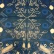 イ・ファンヒ[ - ]【韓国】:海の中(umi no naka) - 2014年作。アニメーション'凪の明日から'から霊感を与えられた作品である。糸と針を使い、模様を作った。模様は海の中の植物を基にする。白、グレー、青、インジゴ4色で海の深さや浅さを表現した。【1760x1140/布、針、糸、染料(青、グレー)】