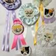 木村友美:お花猫ロゼット - 猫の顔の一部にお花を加えてただかわいいだけでなく少しシュールにしてみました。【約20〜40㎝/刺繍糸、布(サテン、綿ポリ)、サテンリボン】